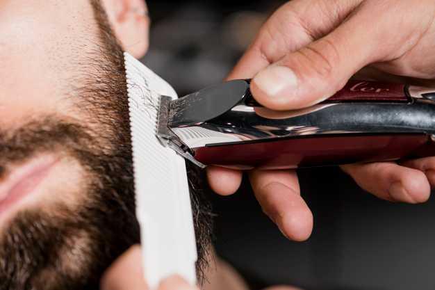 Trabaja en academia de peluquería.